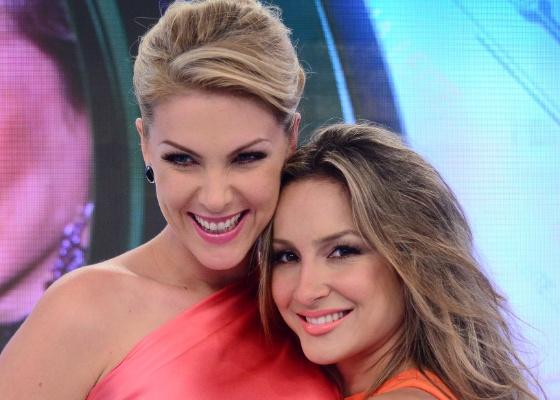 Ana Hickmann recebe Claudia Leitte no palco do Tudo É Possível (6/11/2011)