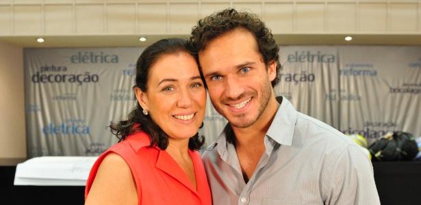 Guaracy (Paulo Rocha) leva Griselda (Lília Cabral) para cama em Fina Estampa