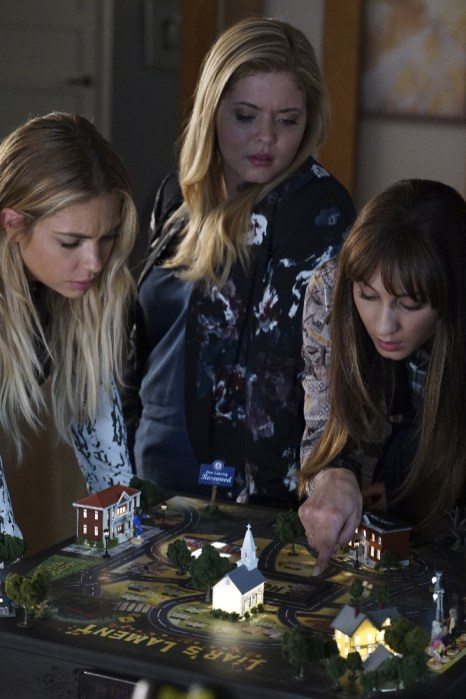 Pretty Little Liars 7x12 - ASHLEY BENSON, SASHA PIETERSE, TROIAN BELLISARIO