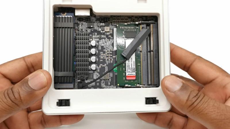 Minisforum UM200 Mini PC inside components