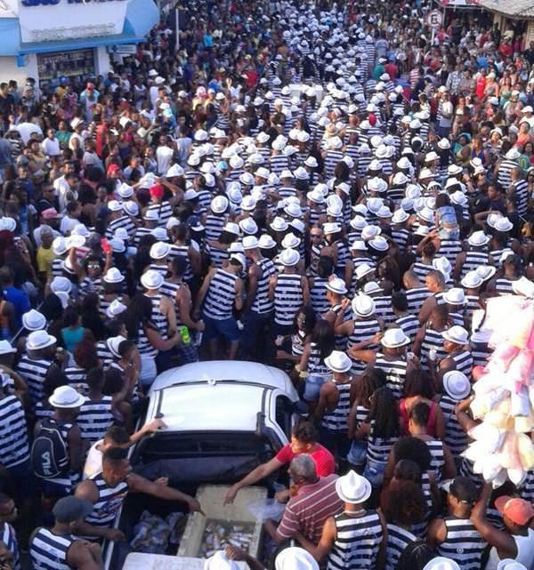 Bloco Caminhada do Samba atrai multidões de pessoas na cidade de São Gonçalo