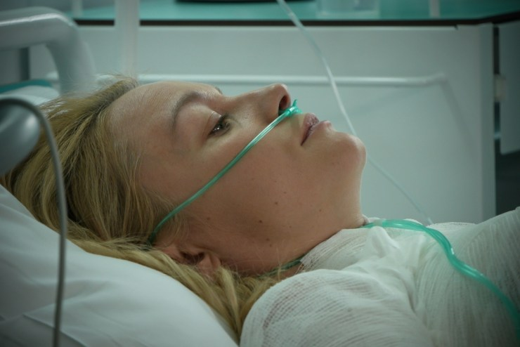 """""""Pierwsza miłość"""": Pożar w fabryce. Emilka (Anna Ilczuk) walczy o życie! (fot. B. Bogielczyk)"""