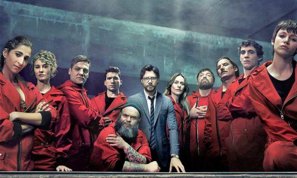 Dom z papieru 3, na zdjęciu główni bohaterowie serialu, stoją w grupie lub podpierają się o stół.