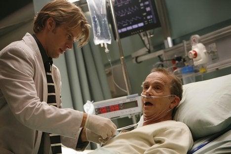 Chase atiende al paciente