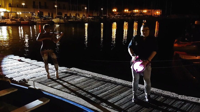 DS and Music et ses musiciens sur la scène flottante dans le port de Mèze