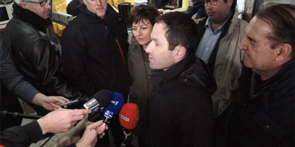Benoît Hamon dans l'Hérault Dégustation des huîtres après un tour sur le bassin de Thau