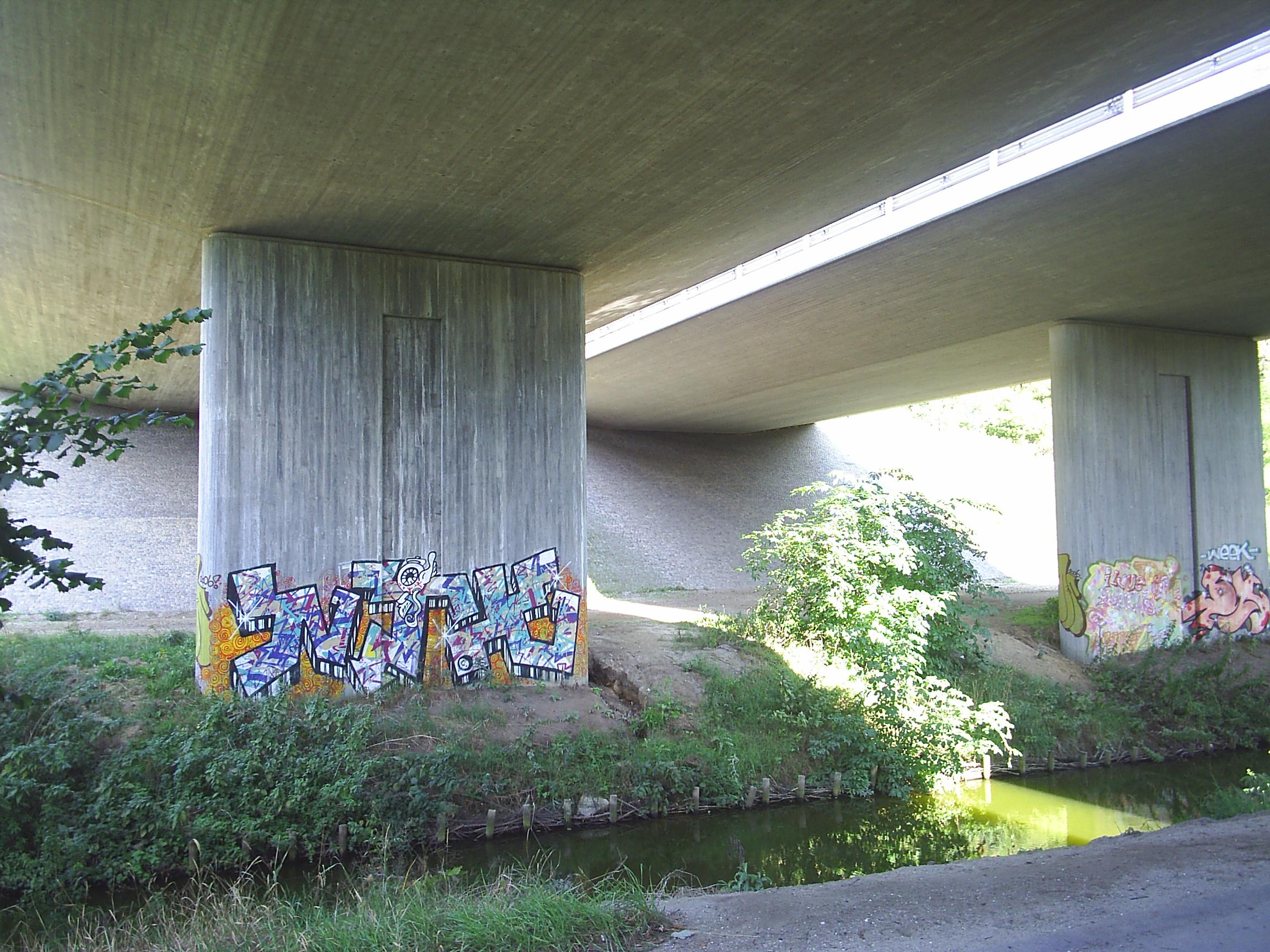 Mølleådalen. Her passerer Mølleåen under broerne som bærer Helsingør motorvejen. Foto sept. 2008