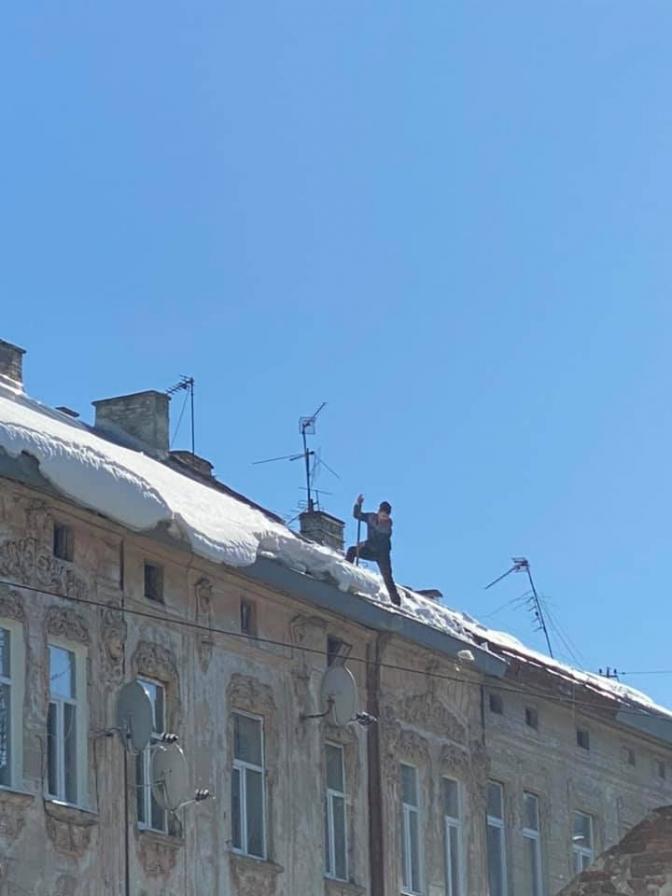 У Львові разом зі снігом сипляться фасади будівель