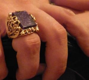 Почему-палец-чернеет-от-золотого-кольца-2