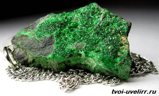 Уваровит-камень-История-происхождение-и-свойства-уваровита-3