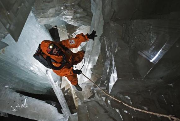 Гигантские-кристаллы-найденные-в-пещере-Naica-в-Мексике-3