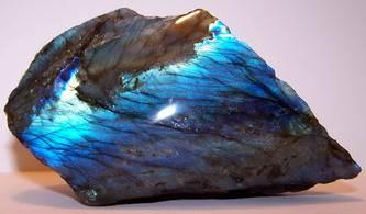 Лабрадор-камень-цвета-павлиньего-хвоста-1