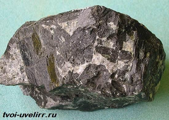 Роговая-обманка-минерал-Свойства-применение-и-цена-роговой-обманки-4