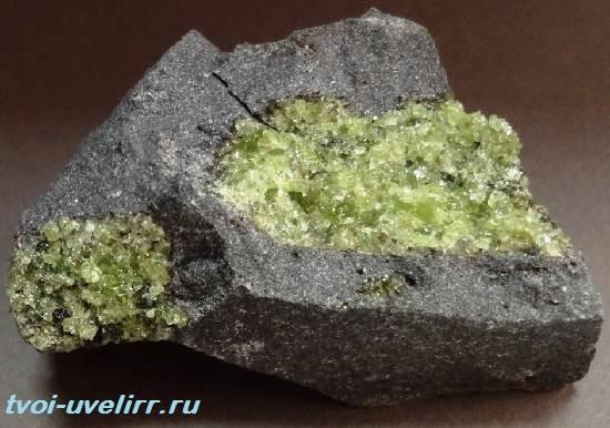 Форстерит-камень-Свойства-применение-и-цена-форстерита-5
