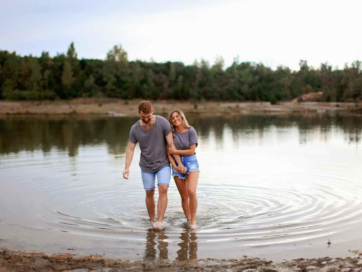 zaljubljeni par u sivim majicama imaju prvi spoj na jezeru