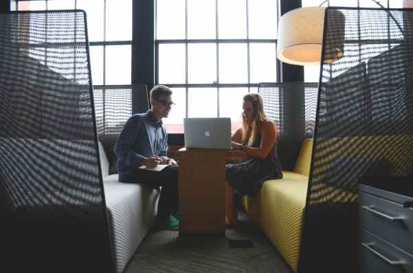 Muškarac i žena zajedno na laptopu pokušavaju otkriti rješenje za lijenost i odgađanje obaveza