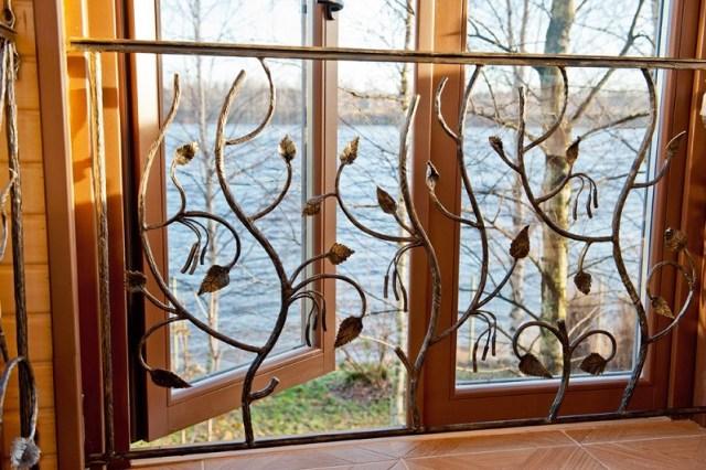 Кованая решётка на окне