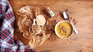 Podzimní polévka s kořeněnou granolou