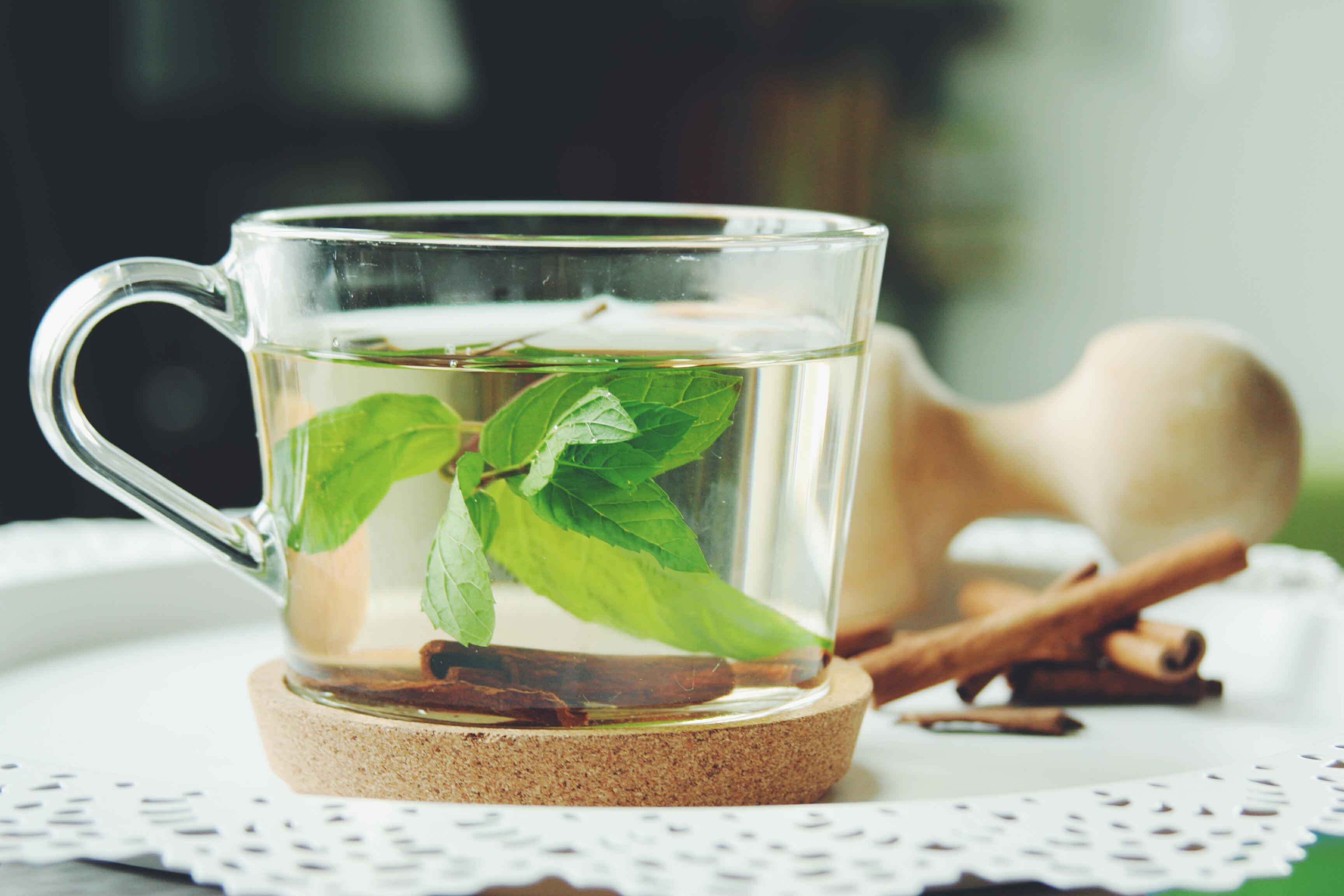 Mátový čaj se skořicí
