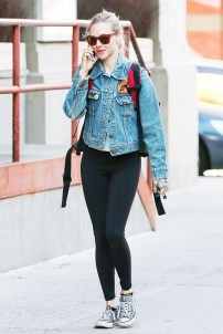 Amanda seyfried denim jacket with leggings and sneakers