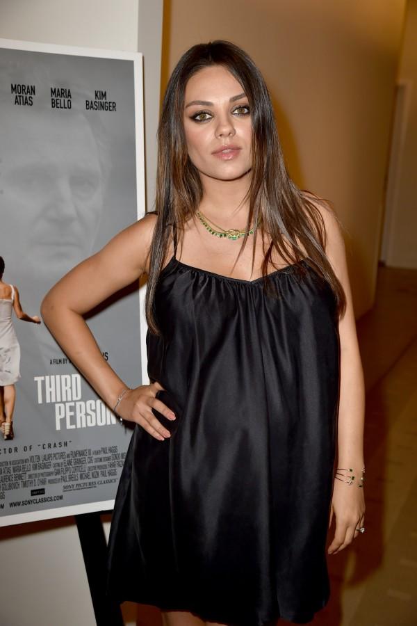 Mila Kunis a spasso col pancione casual ed elegante  Tvzap
