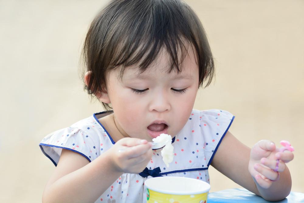 別怕髒.請多讓寶寶練習抓東西吃.對腦部好處多多!   媽咪拜MamiBuy