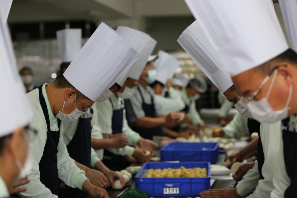 烘焙業行家 當志工做壽桃