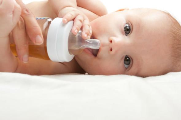 لا يصدق.. حليب الرضاعة الطبيعي علاج فعال لعلاج بشرة طفلة من لدغ الحشرات
