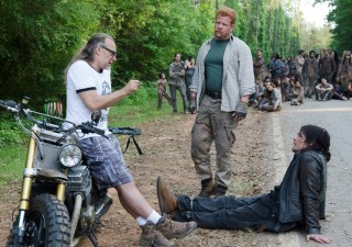 the-walking-dead-episode-601-bts-abraham-cudlitz-daryl-reedus-935