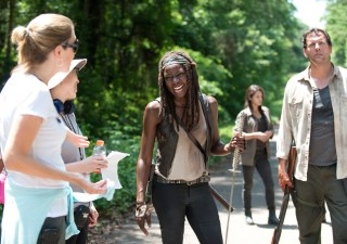 the-walking-dead-episode-603-bts-michonne-gurira-935