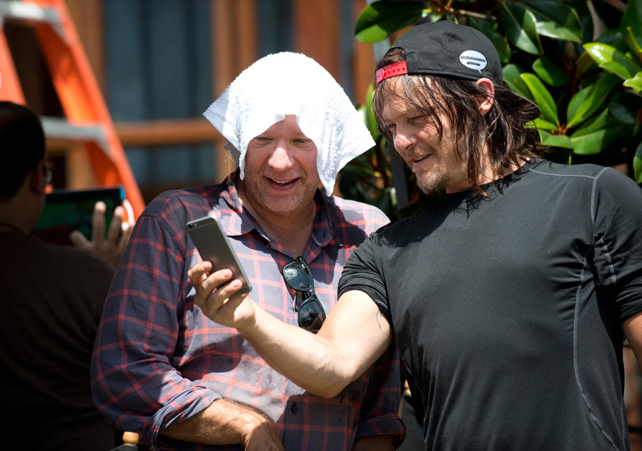the-walking-dead-episode-605-bts-greg-nicotero-daryl-reedus-935