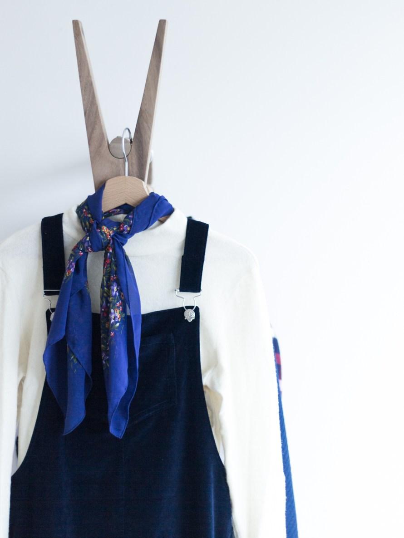 Outfit Latzkleid aus Samt mit weißem Rolli kombiniert - Tweed & Greet