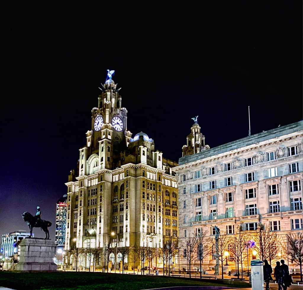 road trip en Angleterre : Royal Liver Building by night