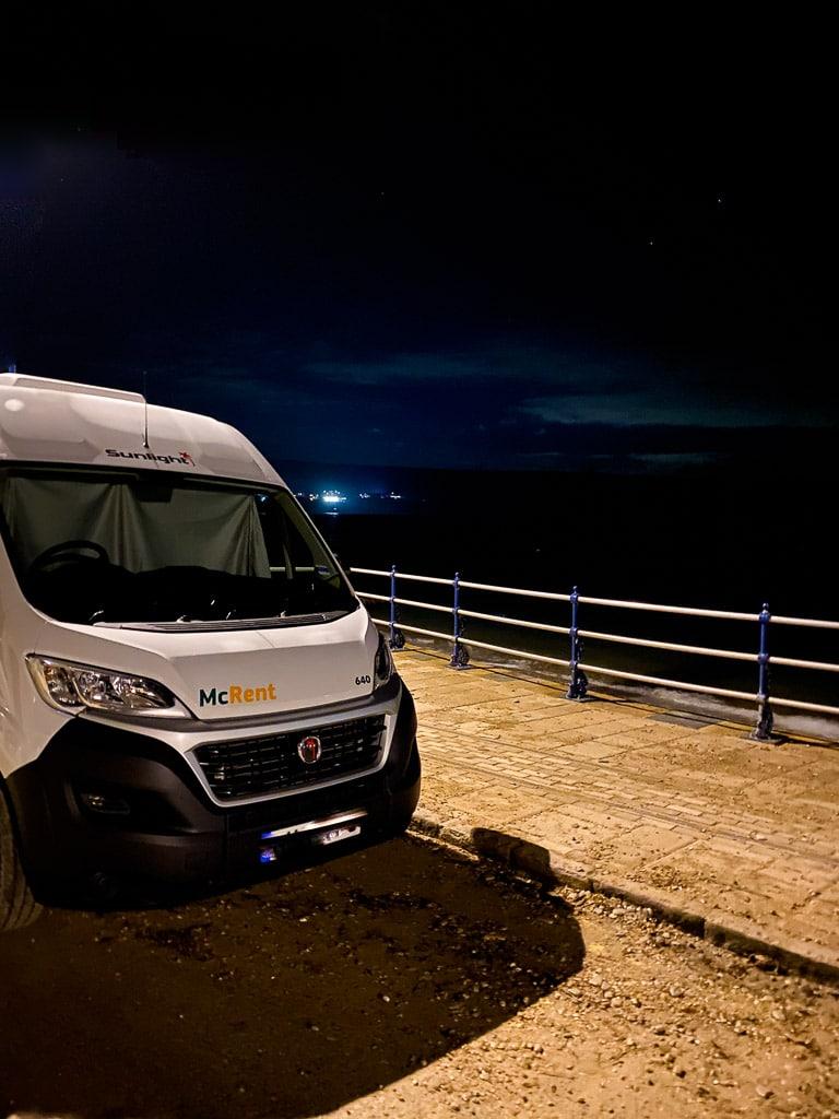 road trip en camping-car : dormir au bord de la mer