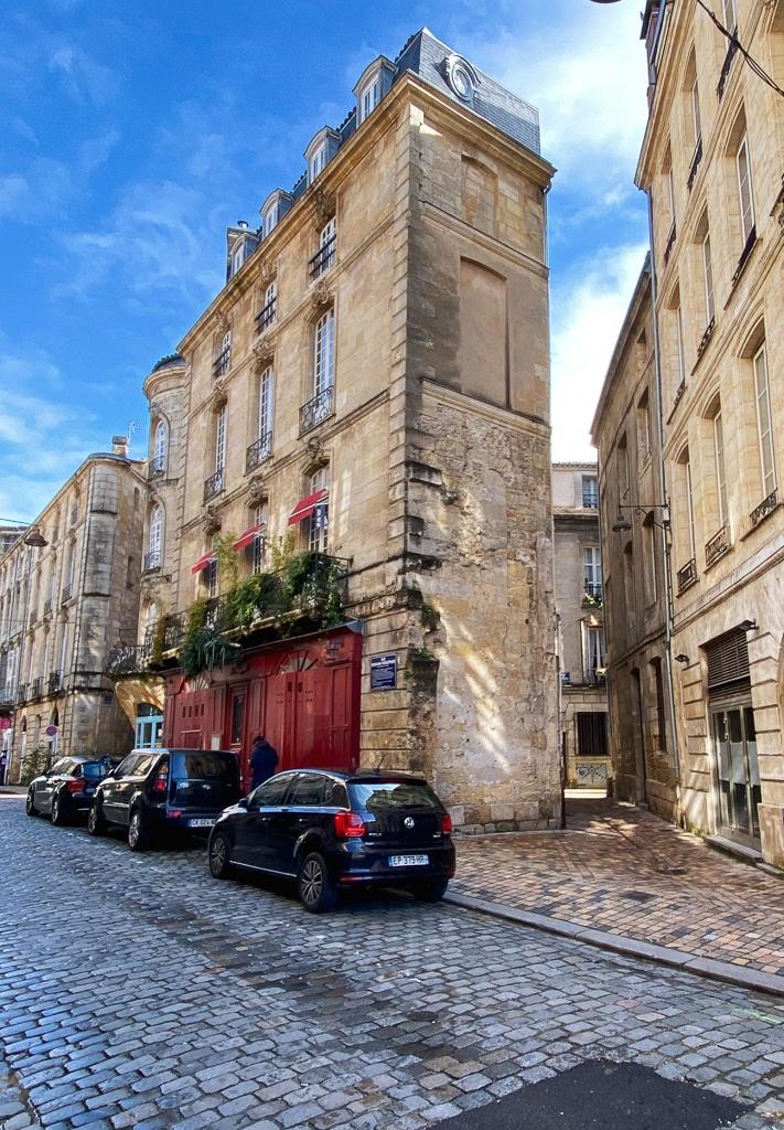 photo d'une rue avec des immeubles en pierre