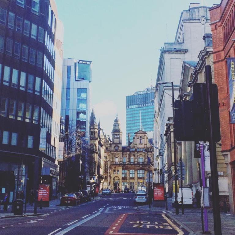 photo d'une rue avec des bâtiments