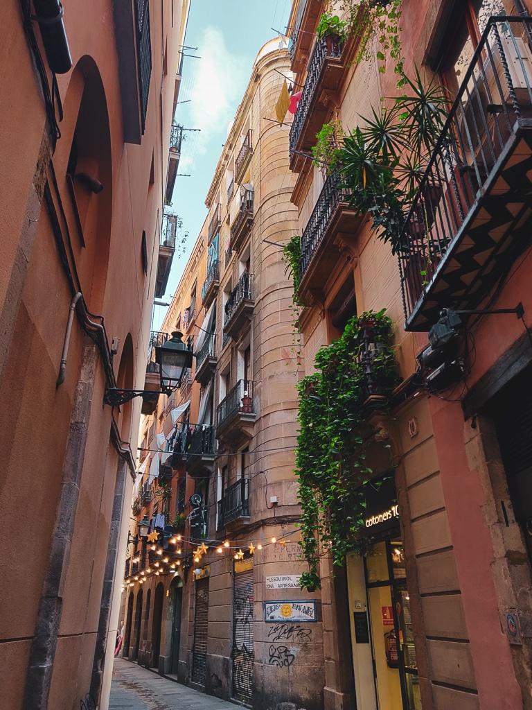 une photo d'une rue espagnole avec des bâtiments aux couleurs orangées