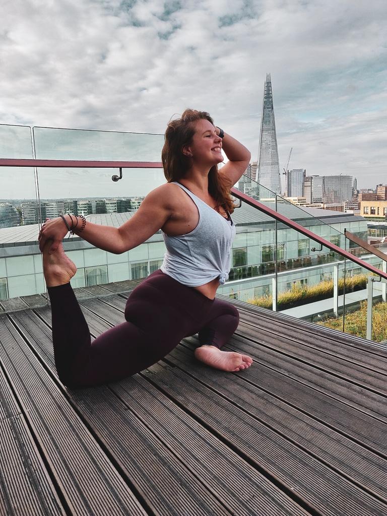 une photo avec une personne dans une posture de yoga