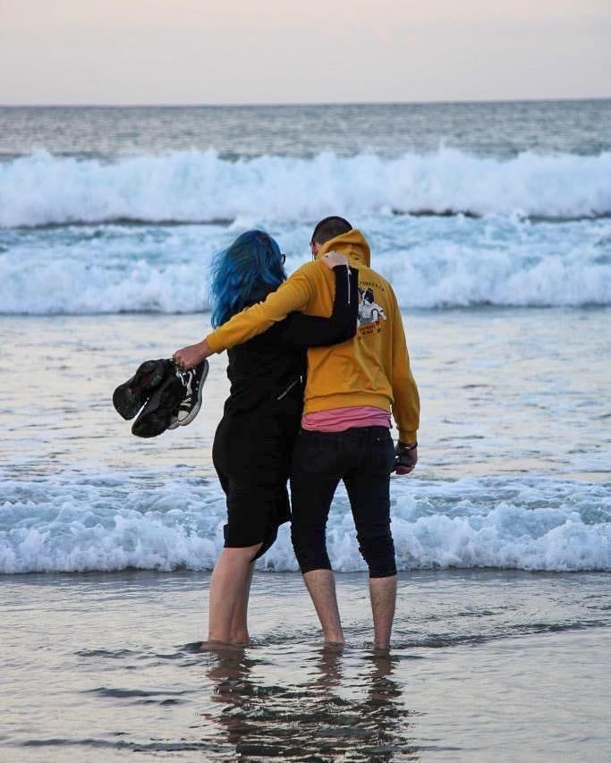 photo d'un couple en bord de mer