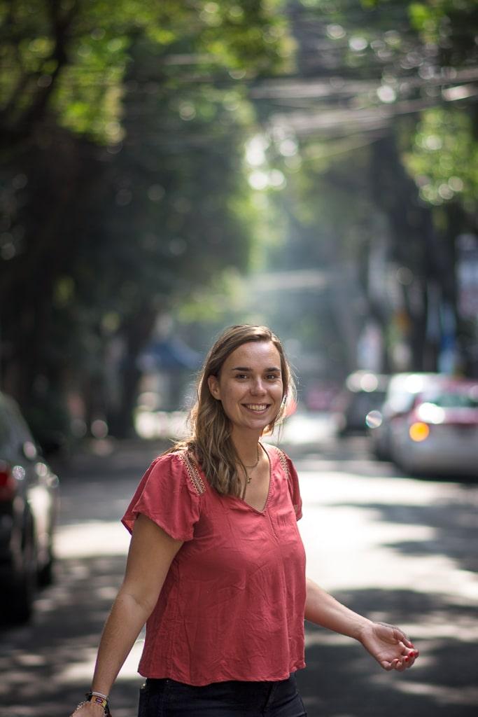 photo d'une femme au milieu d'une rue