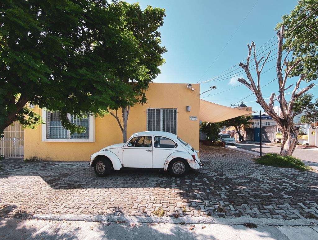 photo d'une voiture devant une maison mexicaine