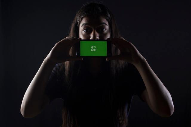 Woman holding phone - Whatsapp