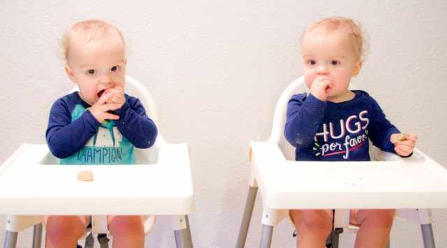twins-eating-food
