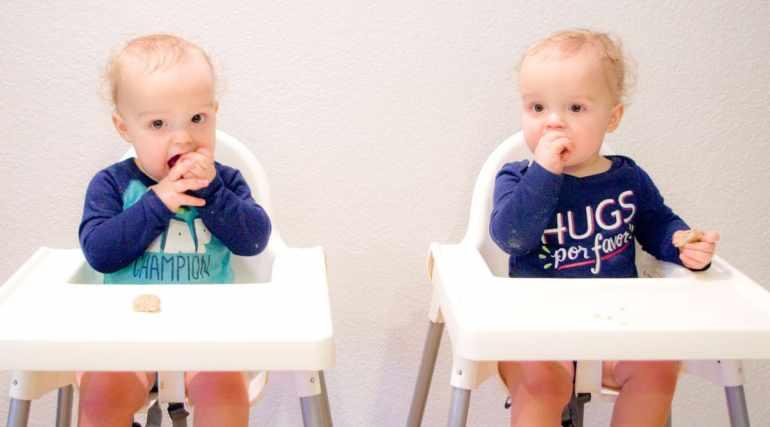 twins-eating-food