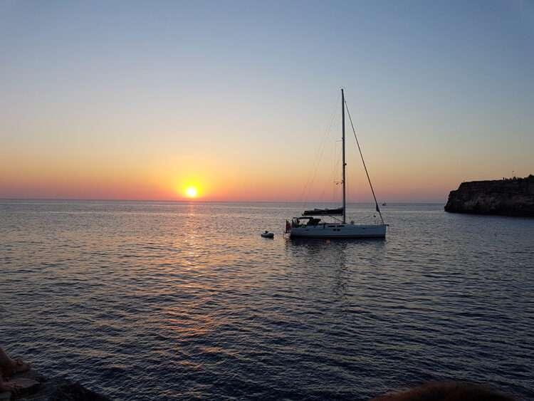 puesta de sol de velero en menorca
