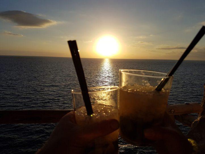 puesta de sol menorca con 2 mojitos
