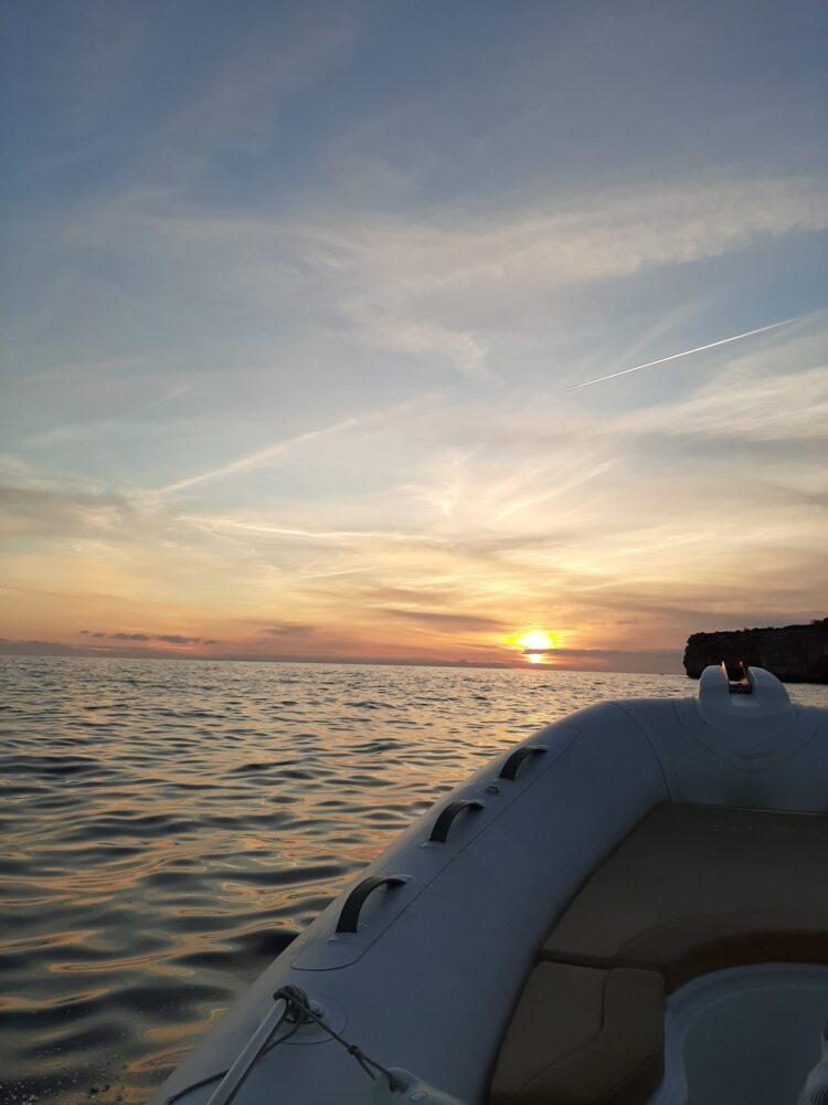 Puesta de sol en Menorca con el barco de Twins Boats