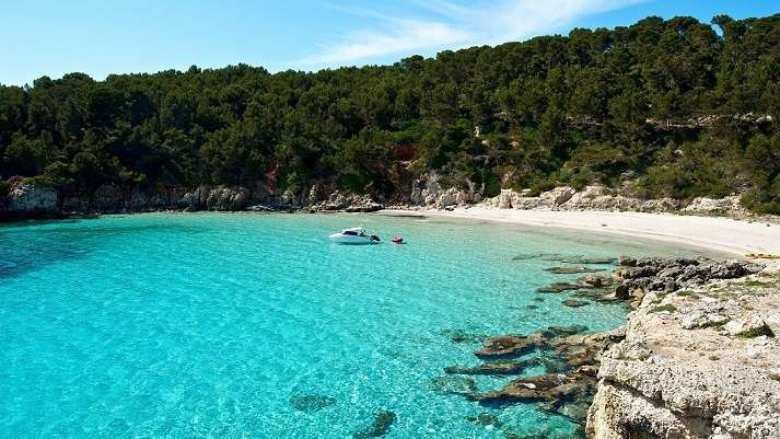barco en Cala Escorxada playa al sur de Menorca