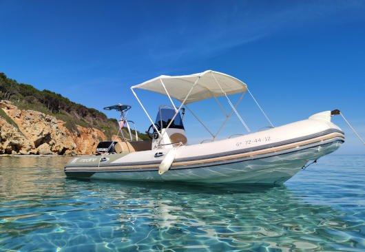 La neumatica de twins boats es una zodiac medline para alquilar en ciutadella de menorca fantastica para ver las calas de la isla