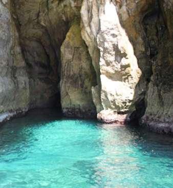 Cueva de la costa del sur de Menorca entre cala Mitjana y Trabaluger